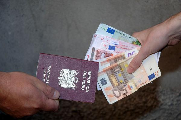 falsi permessi di soggiorno ad immigrati